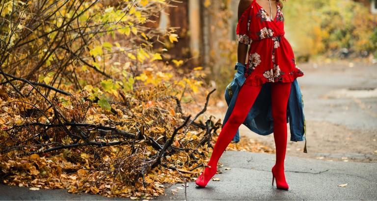 Rote Schuhe zum roten Kleid