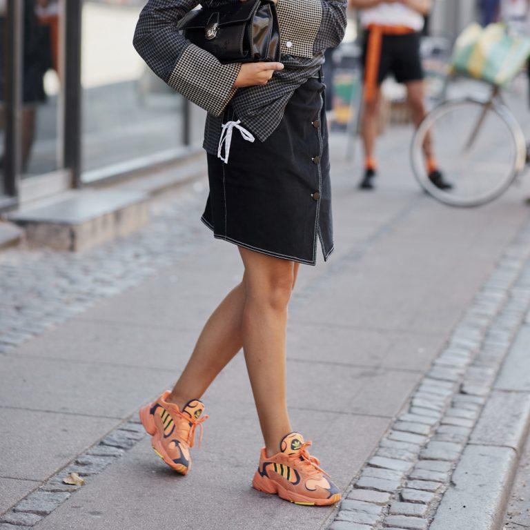 Welches Kleid passt am besten zu welchen Sneakers?