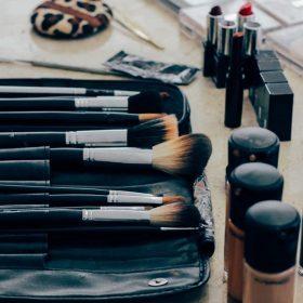 Make-up-Flecken in deiner Kleidung? Wir geben dir Tipps!