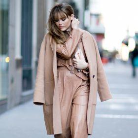 Sie bringen Farbe ins Spiel - Mäntel in Camel, Grau & Bordeauxrot