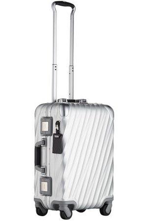 Tumi Setzen Sie auf den Trolley von und transportieren Sie Ihr Gepäck auf stilvolle und sichere Weise! Das Modell aus der aktuellen 19 DEGREE ALUMINIUM Kollektion überzeugt mit komfortablem Format und ist bestens geeignet für Kurzausflüge, Wochenendtrips