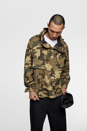 Zara Jacke mit camouflagemuster und bauchtasche