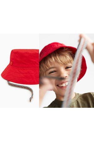 Zara Hut mit bunter bindekordel
