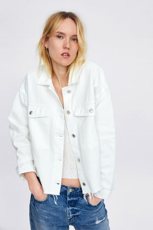 Zara Jeansjacke mit ausgefranstem saum