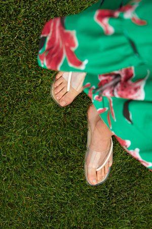 Zara Flache sandale mit vinyl-kreuzriemchen
