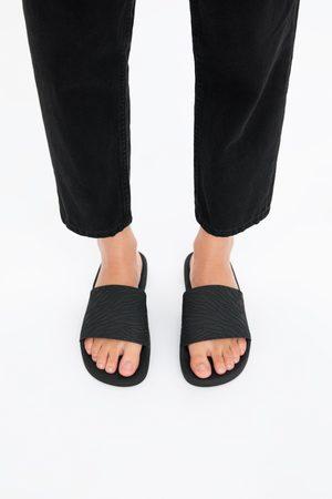 Zara Flache sandale aus gummi mit relief
