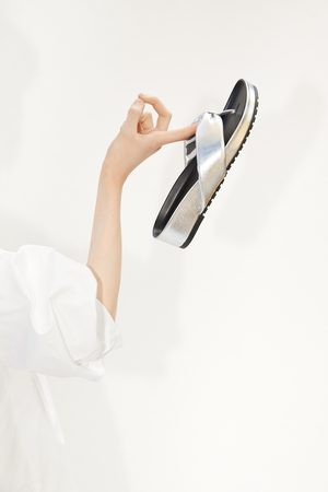 Zara Flache sandale in metalloptik
