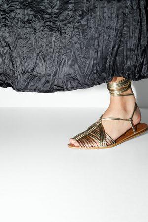 Zara Flache sandale mit röhrenförmigen riemchen
