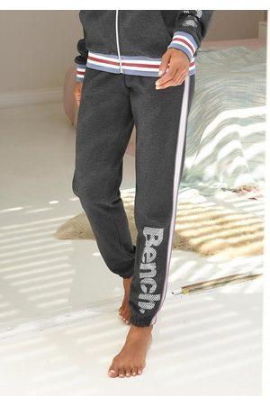 Bench Sweatpants mit Tapestreifen und Logodruck in Metalloptik