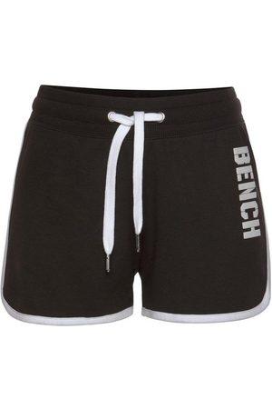 Bench Sweatshorts »Contrast« mit kontrastfarbenen Einsätzen und Logodruck