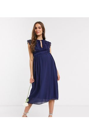 TFNC – Bridesmaid – Midi-Brautjungfern-Kleid mit Spitzendetail in Marine