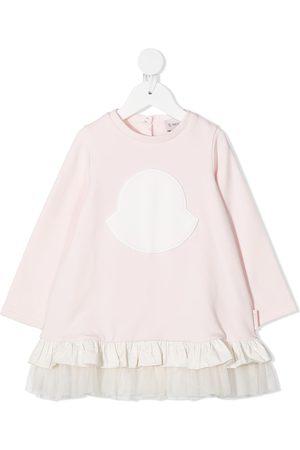 Moncler Enfant Gerüschtes Kleid mit Logo-Stickerei