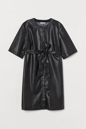 H&M MAMA Kleid aus Lederimitat