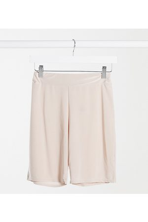 Club L London – Anschmiegsame, figurbetonte Shorts in Creme, Kombiteil