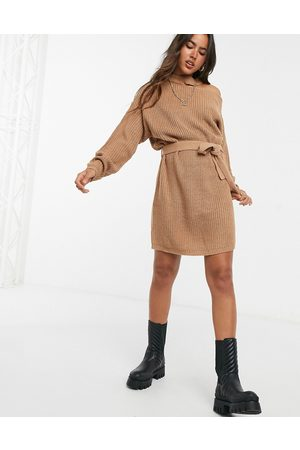 Ax Paris – Schulterfreies Strickkleid in Camel