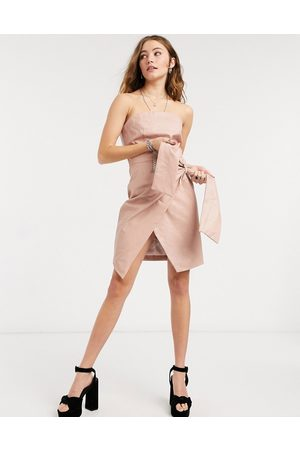 Collective The Label – Mini-Wickelkleid aus Kunstleder mit Bandeaudesign und Bindeband an der Taille, in Taupe