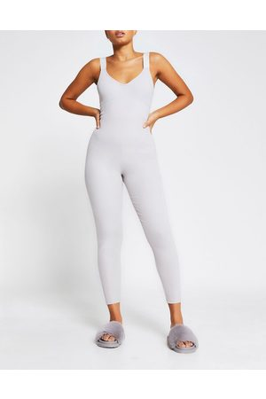 River Island – Jumpsuit in Hellgrau mit Logo-Band