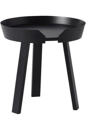 Muuto Robustes Holz. Drei Tischbeine. Umlaufender Rand. Kleine Aussparung. Design: Thomas Bentzen. Maße:- 46 x 45 x 45 cm (H x B x T)