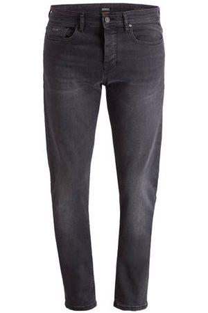 Boss Die lässigen Jeans TABER von CASUAL lassen keine Wünsche offen! Das 5-Pocket-Modell punktet mit anschmiegsamem Baumwollmix, verdecktem Button-Fly-Verschluss und charakteristischen Label-Details. In Kombination mit Sneakern und legeren Shirts absolut