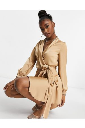 Club L Club L – Midi-Wickelkleid aus Satin in Camel