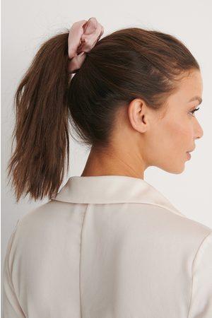 NA-KD Doppelpack Glänzende Satin-Haargummis - Pink