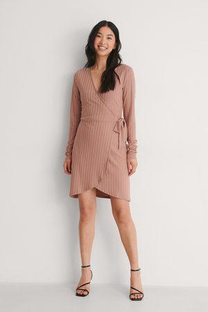 NA-KD Damen Freizeitkleider - Langärmeliges Wickelkleid - Pink