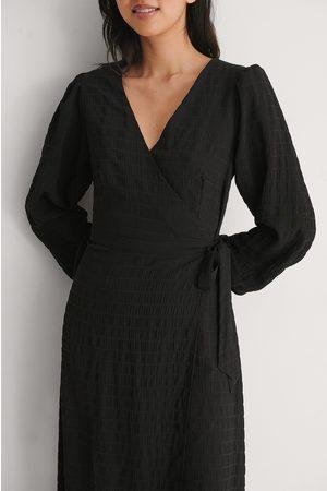 NA-KD Damen Freizeitkleider - Minikleid V-Ausschnitt Lange Ärmel Taillenknotung - Black