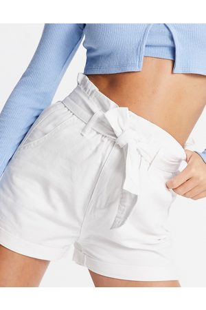 In The Style – Paperbag-Shorts mit Gürtel in