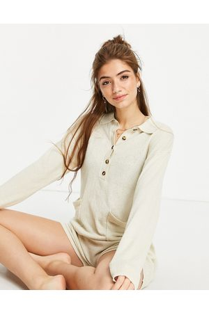 Monki – Aja – Gestrickter Lounge-Playsuit in Camel aus Recyclingmaterial-Neutral