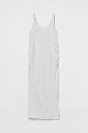 H&M MAMA Geripptes Jerseykleid
