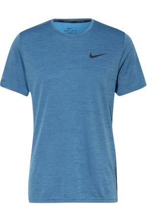 Nike Funktionsmaterial aus recyceltem Polyester. Passform laut Hersteller: Slim Fit. Gerader Schnitt. Dri-FIT-Technologie: feuchtigkeitsregulierend. Atmungsaktiv. Leichtgewichtige Verarbeitung. Mesh-Einsätze an den Seiten. Rundhalsausschnitt. Kurze Seiten