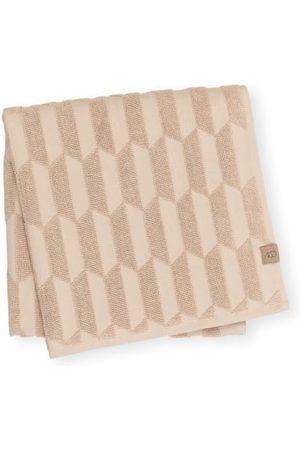 Mette Ditmer Zwirnfrottee. Saugstark. Weich. Trocknergeeignet. Handtuchschlaufe. Label-Patch. Geprägtes, grafisches Muster. Reine Baumwolle. Maße:- 70 x 130 cm (B x L)