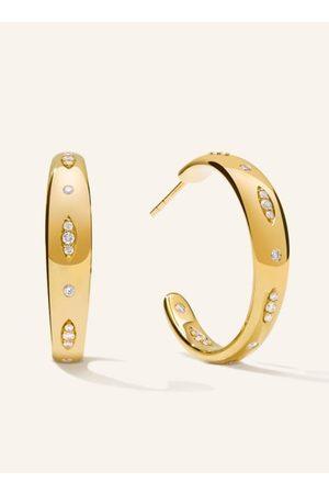 TAMARA COMOLLI Die GYPSY Creolen in 18 Karat Gelbgold sind in zwei Größen erhältlich und bestechen durch ihre abwechselnd einzeln und als Navette gesetzten zart funkelnden Diamanten. Als Überraschungseffekt begeistert das fortgeführte Diamantenmuster auch