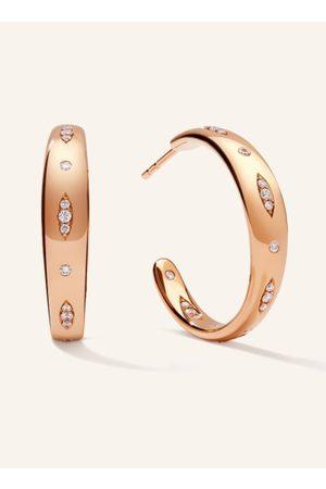 TAMARA COMOLLI Die GYPSY Creolen in 18 Karat Rosé sind in zwei Größen erhältlich und bestechen durch ihre abwechselnd einzeln und als Navette gesetzten zart funkelnden Diamanten. Als Überraschungseffekt begeistert das fortgeführte Diamantenmuster auch auf
