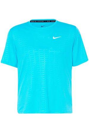Nike Passform laut Hersteller: Standard Fit. Gerader Schnitt. Feuchtigkeitsregulierende Dri-FIT-Technologie. UV-Schutz 40+. Rundhalsausschnitt. Versetzte Schulternähte. Kurze Seitenschlitze am Saum. Reflektierende Details. Logo-Print auf der Brust. Raster