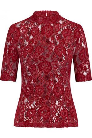 Kinga Mathe Kira Spitzenbluse für Damen von in Bordeaux. Das taillierte,hochgeschlossene Modell zeichnet sich durch die transparente.... Mehr Details bei Lodenfrey.com