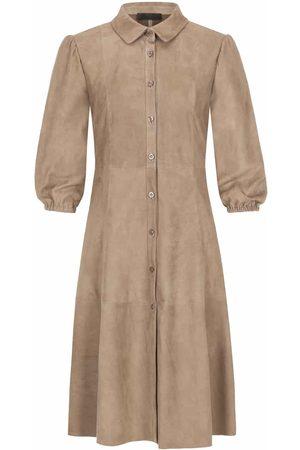 Nove Lolita Lederkleid für Damen von in Hellbraun. Das Modell präsentiert sichdank der taillierten Passform sowie dem leicht ausgestellten Rock in.... Mehr Details bei Lodenfrey.com