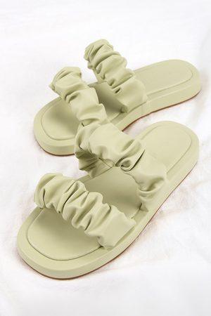 CUPSHE Sandalen mit Doppelriemen und Rüschen