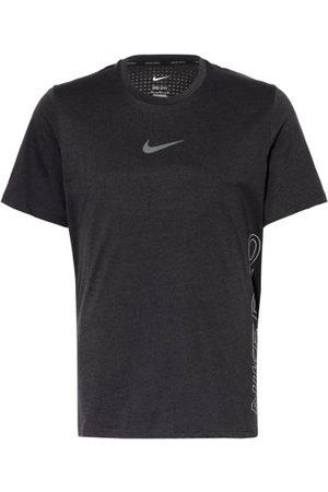 Nike Aus Funktionsmaterial. Passform laut Hersteller: Standard Fit. Gerader Schnitt. Dri-FIT®-Technologie: feuchtigkeitsregulierend. Atmungsaktiv durch Belüftungszonen auf der Rückseite. Rundhalsausschnitt. Kurze Seitenschlitze. Leicht verlängerte Rückenp