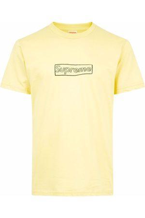 Supreme T-Shirts, Polos & Longsleeves - X KAWS T-Shirt mit Logo