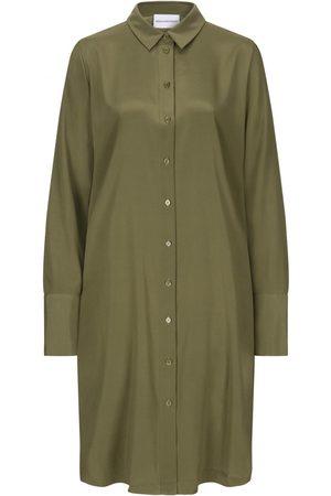 herzensangelegenheit Seidenkleid für Damen von in Oliv. Das Modell zeichnet sichdurch die edle Seiden-Qualität aus, während der zeitlose Blusen-Look.... Mehr Details bei Lodenfrey.com