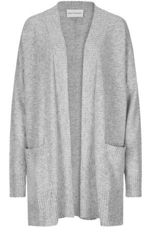 herzensangelegenheit Cardigan für Damen von in Hellgrau. Das Modell bestichtdank weicher Woll-Cashmere-Qualität mit angenehmem Tragekomfort, während.... Mehr Details bei Lodenfrey.com