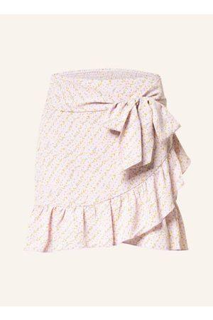 NEO NOIR Damen Bedruckte Röcke - Ausgestellter Schnitt. Taillenbund an der Rückseite gesmokt. Integrierter Bindegürtel. Volant-Layer in Wickeloptik. Mit integriertem Unterrock. Florales Allover-Muster. Glatte, fließende Qualität. Maße bei Größe 36:- Bundw