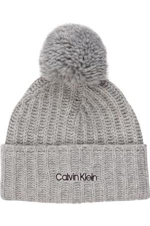 Calvin Klein Damen Mützen - Bommelmütze. Rippstrick. Mit Umschlag. Label-Stitching auf der Front. Softe Haptik. Mit recycelten Materialien. Made in Italy