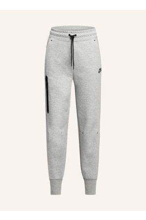 Nike Aus Tech Fleece. Passform laut Hersteller: Standard Fit. Leicht isolierende Funktion. Flachnähte. Schmal zulaufendes Bein mit Bündchen. Elastischer Taillenbund mit Tunnelzug außen. Seitliche Eingrifftaschen. Reißverschlusstasche mit kontrastierender