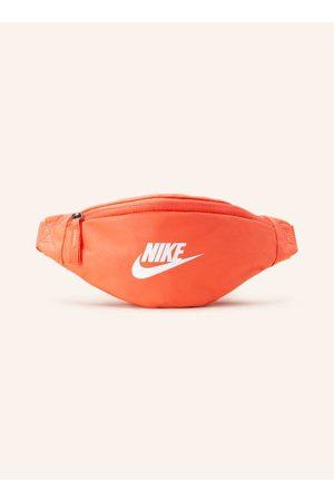 Nike Sporttaschen - Textil. Schließt mit einem Reißverschluss. Längenverstellbarer Gürtel mit Steckschließe. Innen ein Hauptfach. Innenfach mit Reißverschluss. Strapazierfähig. Label-Print auf der Front. Mit recycelten Materialien