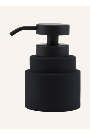 Mette Ditmer Accessoires - Behälter aus Keramik. Matte Oberfläche. Soft-touch-Gummierung. Pumpspender aus Metall. Standmodell. Geometrische Formgebung. Auch für Desinfektionsmittel (bis 70 % Alkoholgehalt) geeignet