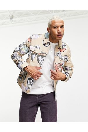 ASOS – Jeansjacke mit All-over-Print in Stone-Neutral