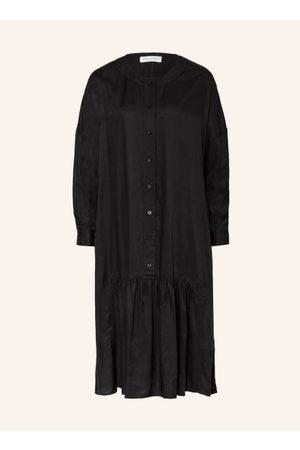 Marc O' Polo Damen Freizeitkleider - Ausgestellter Schnitt. Rundhalsausschnitt. Überschnittene Schultern. Verkürzte Knopfleiste. Einknopf-Manschette. Volantsaum. Ungefütterte Verarbeitung. Leichter Glanz